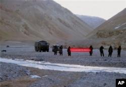 """5月5日中国军人在主权有争议的拉达克地区打出横幅:""""你们越界了,请返回"""""""
