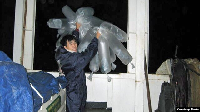 대북 풍선 단장 이민복씨가 초창기에 전단을 날리는 모습.