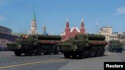 Tư liệu - Hệ thống phòng không phi đạn S-400 được phô bày trong cuộc duyệt binh Ngày Chiến thắng của Nga trên Quảng trưởng Đỏ, Moscow, ngày 9 tháng 5, 2018.