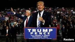 Capres Donald Trump (kanan) dan Cawapres Mike Pence pada acara kampanye di Cleveland, Ohio, Sabtu (22/3).