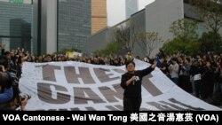 香港記者協會主席岑倚蘭在靜默行動宣讀大會宣言,表明新聞工作者不會向惡勢力低頭