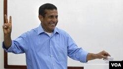 Kandida a laprezidans Ollanta Humalak ap vote nan lima