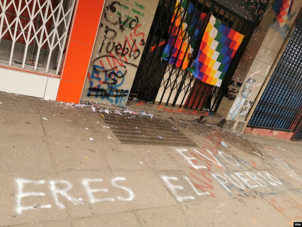 Así se encuentran las puertas del canal estatal de Bolivia. Los manifestantes trataron de ingresar para que el medio vuelva funcionar.