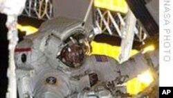 工程师观察国际空间站附近太空垃圾