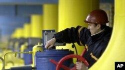 工人在烏克蘭首都基輔約20公里外博亞爾卡城的天然氣儲藏點工作 (資料照片)