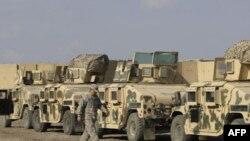 Các xe bọc thép chuẩn bị được chở ra khỏi Iraq tại Trại Victory, Baghdad, Iraq, 7/11/2011