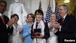 Аун Сан Су Чжи награждают Золотой медалью Конгресса