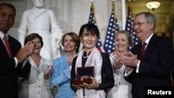 Lãnh tụ dân chủ Miến Điện Aung San Suu Kyi nhận Huân Chương Vàng Quốc hội Hoa Kỳ tại Điện Capitol ở Thủ đô Washington, 19/9/2012