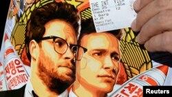 지난달 25일 미국 캘리포니아주 로스앤젤레스에서 북한 김정은 제1위원장을 풍자한 코미디 영화 '인터뷰'를 상영한 가운데, 한 관객이 영화 홍보 전단과 입장권을 들고 있다. (자료사진)