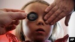 Devojčica iz Rumunije tokom pregleda kod očnog leakra