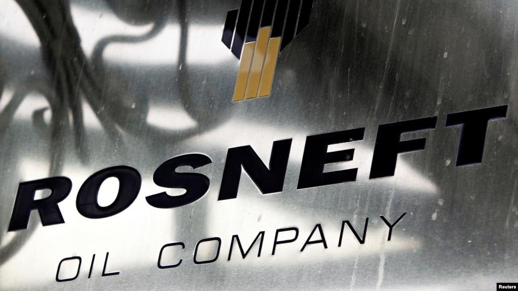 Logo của tập đoàn dầu khí quốc gia Nga Rosneft tại văn phòng ở Moscow, Nga.