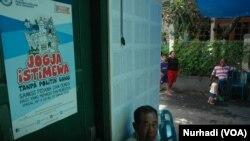Sebuah poster imbauan menghindari politik uang di rumah warga di Yogyakarta. (Foto: VOA/Nurhadi)