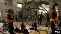 Para demonstran 'Occupy' bermeditasi di depan patung Budha saat polisi membongkar tiang-tiang tenda mereka (28/2). Pejabat kota memerintahkan penggusuran perkemahan 'Occupy London' yang sudah menetap di depan Katedral St. Paul sejak Oktober.