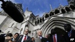 Martyn Day, pengaca senior (tengah) berbicara di luar gedung pengadilan Kerajaan Inggris di London terkait tuntutan kompensasi bagi korban pemberontakan anti-kolonial Inggris di Mau Mau, Kenya (5/10).