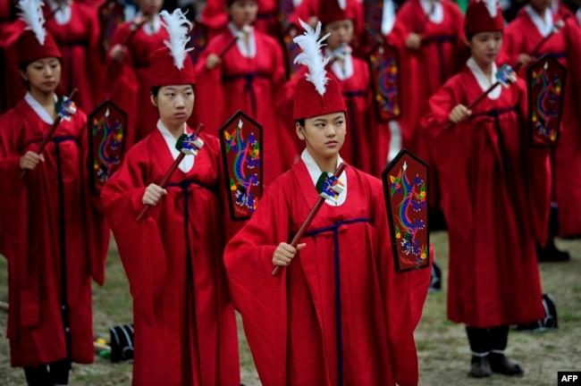 """Sinh viên Trung Quốc mừng lễ kỷ niệm ngày sinh của nhà triết học và bậc thầy Khổng Tử. Một số trường Đại học ở Trung Quốc đã và đang cấm mừng Giáng sinh vì muốn """"tránh sự gặm mòn của văn hóa phương Tây"""" ở quốc gia Cộng sản này."""