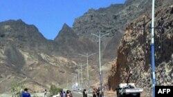Những người Yemen quan sát nơi xảy ra vụ tấn công tự sát nhắm vào đoàn xe của Bộ trưởng Quốc phòng