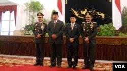 Kapolri Komjen Sutarman, Presiden SBY, Wapres Budiono dan Mantan Kapolri Jendral Timur Pradopo, berfoto bersama di Istana Negara, Jakarta, 25 Okt 2013 (VOA/Andylala)