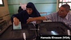 Vote lors des élections législatives de Gizeh, en Egypte, 18 octobre 2015. Hamada Elrasam (VOA)