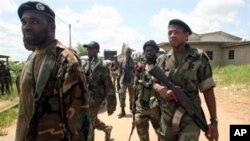 'Mayakan sakai dake biyayya ga Ibrahim Coulibaly suke sintiri a unguwar Abobo,dake Abidjan.