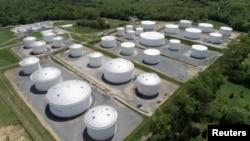 资料照:鸟瞰美国马里兰州殖民管道公司多尔西枢纽站的石油储油罐。(2021年5月10日)
