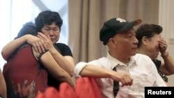Thân nhân ngồi chờ tin người thân trên chiếc phà lâm nạn tại một khách sạn ở Nam Kinh, tỉnh Giang Tô, Trung Quốc.