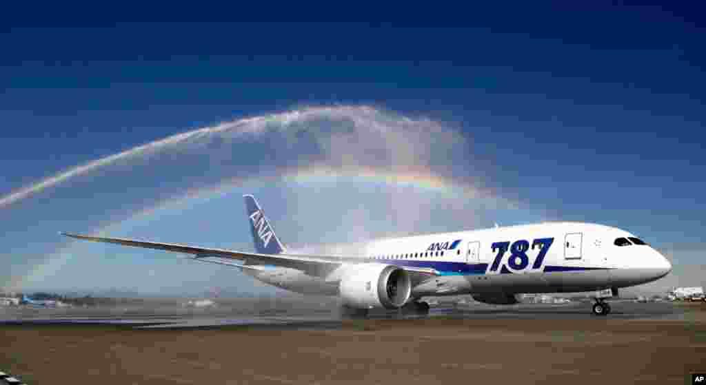 Boeing 787 Dreamliner mendarat di bandara Seattle-Tacoma International (1 October 2012), pada pendaratan pertama penerbangan Boeing 787 oleh maskapai Jepang ANA untuk rute Tokyo ke Seatlle, AS.