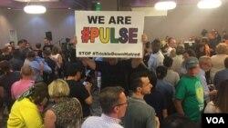 Doa bersama di Pusat LGBTQ di Southern Nevada, Las Vegas, sebagai respon atas penembakan di Orlando, Florida. (VOA/K. Farabaugh)