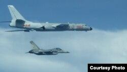 台灣戰機2017年7月20日在中國轟六機左邊貼近飛行。 (台灣國防部提供)