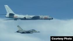 台灣戰機2017年7月20日在中國轟六機左邊貼近飛行(台灣國防部提供)