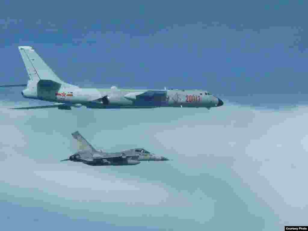 عبور یک جنگنده تایوانی از کنار یک بمب افکن H6 چین .