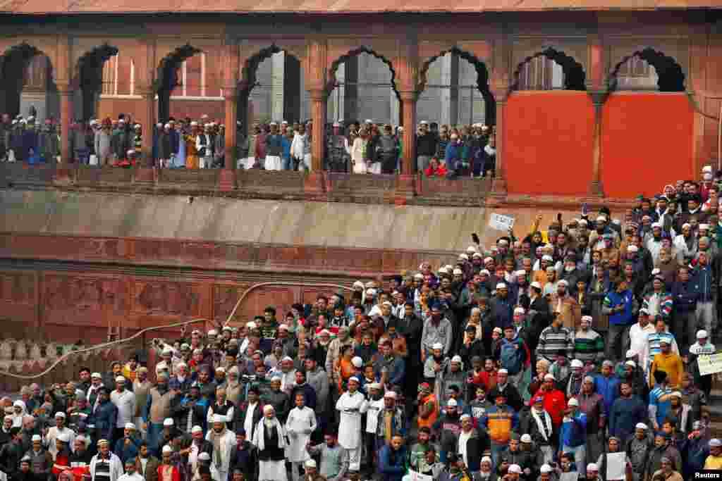 دارالحکومت نئی دہلی میں شدید احتجاج کیا جارہا ہے۔ جہاں حکومت کی ہدایت پر تین نجی اور دو سرکاری موبائل فون کمپنیوں نے سروسز بند کر دی ہیں۔ دہلی کے بعض علاقوں میں انٹرنیٹ سروس بھی معطل ہے۔