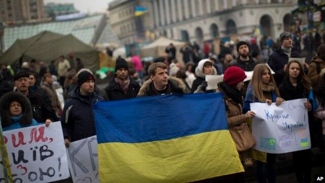 Người dân ở Kyiv biểu tình phản đối can thiệp quân sự của Nga ở Crimea, ngày 1 tháng 3, 2014.