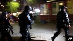 Polisi dari misi penegakan hukum Uni Eropa (EULEX) tiba di tempat pemungutan suara yang menghadapi vandalisasi di Mitrovica, Kosovo (3/11). (AP/Zveki)