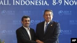 Presiden Indonesia Susilo Bambang Yudhoyono (kanan) menyambut Presiden Iran Mahmoud Ahmadinejad di Forum Demokrasi di Nusa Dua, Bali, (8/11).