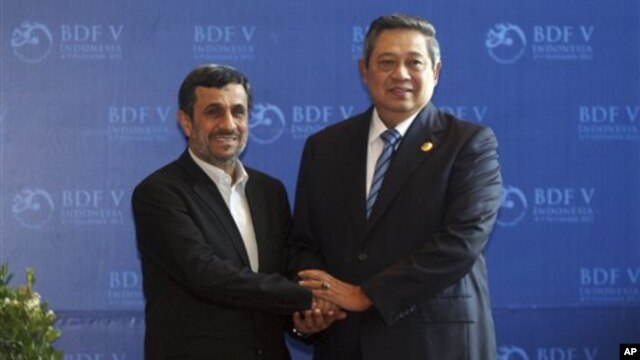 Presiden Iran Mahmoud Ahmadinejad bersalaman dengan Presiden Susilo Bambang Yudhoyonosaat bertemu di Bali Democracy Forum, Nusa Dua. (AP/Firdia Lisnawati)