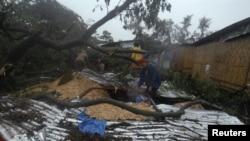 4일 필리핀 남부 지역을 강타한 태풍 보파로 인해 무너져 내린 집을 수습하는 주민.