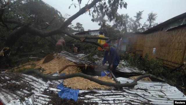 Cư dân thu nhặt đồ đạc sau khi bão Bopha tàn phá thành phố Cagayan de Oro, ngày 4/12/2012.