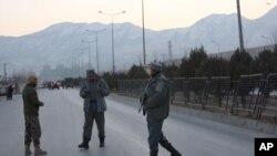 Cảnh sát Afghanistan gần hiện trường vụ đánh bom tự sát ở thủ đô Kabul, ngày 10/01/2017.