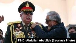 تقریب میں، عبداللہ عبداللہ رشید دوستم کو مارشل کا بیج لگاتے ہوئے۔