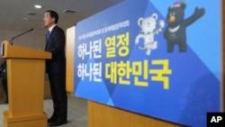 """El ministro surcoreano de Unificación, Cho Myoung-Gyon, explicó en una rueda de prensa que Seúl """"reiteraba su voluntad de organizar conversaciones con el Norte en cualquier momento, en cualquier lugar y bajo cualquier forma""""."""