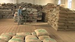 کیسه های دانه قهوه در انبار یک عمده فروشی در برزیل