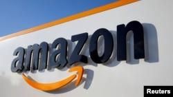 El logotipo de Amazon se ve en el centro logístico de la compañía en Boves, Francia, el 8 de agosto de 2018. REUTERS