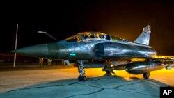 Un avión Mirage 2000 del ejército francés en la pista de una base aérea no revelada.