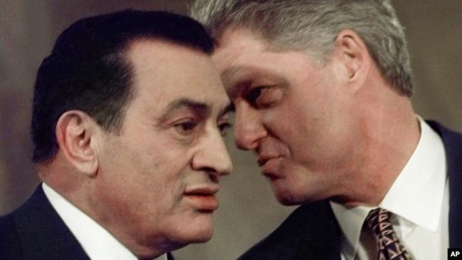 Le président égyptien Hosni Moubarak (à g.) et son homologue américain Bill Clinton lors d'une conférence de presse le 10 mars 1997 à la Maison Blanche.
