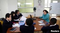 资料照:中国江苏省常州市牛津国际公学常州学校的教师在给学生们上课。(2013年1月10日)