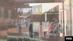 曼德拉1962年入獄前曾短暫居住過,位於索維托的房子,成為旅遊索維托行程必到景點。(視頻截圖)