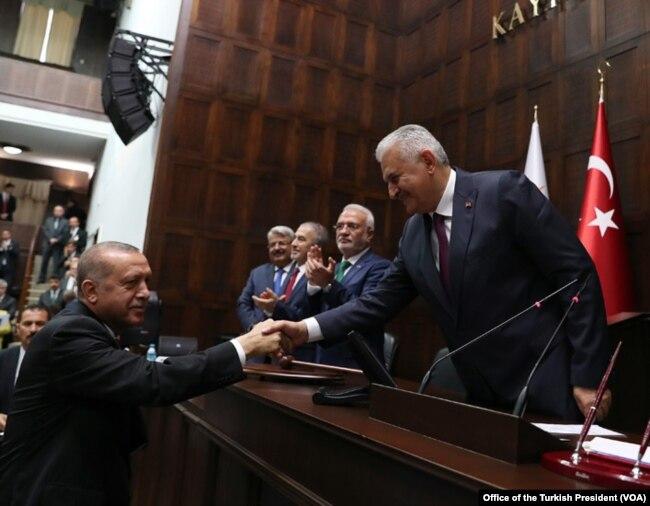 Başbakanlık göreviyle birlikte AKP Grup Başkanlığı'nı bugüne değin yürüten Binali Yıldırım'ın yeni dönemde adı TBMM Başkanlığı'na geçtiği için parti grubunda görev almadığı görüldü.