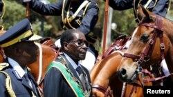 Le président du Zimbabwe Robert Mugabe arrive pour l'ouverture du Parlement à Harare, Zimbabwe, le 6 octobre 2016.