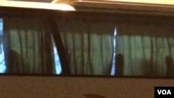 北京國家大劇院外等候離開的大巴車上,有人見到記者拍攝,迅速拉上窗廉。(美國 之音葉兵拍攝)