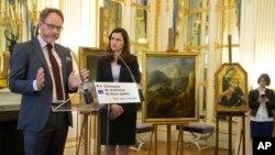 وزیر ثقافت اوریلی فلپیٹی فن پاروں کی واپسی کی تقریب میں مقرر کو سن رہی ہیں